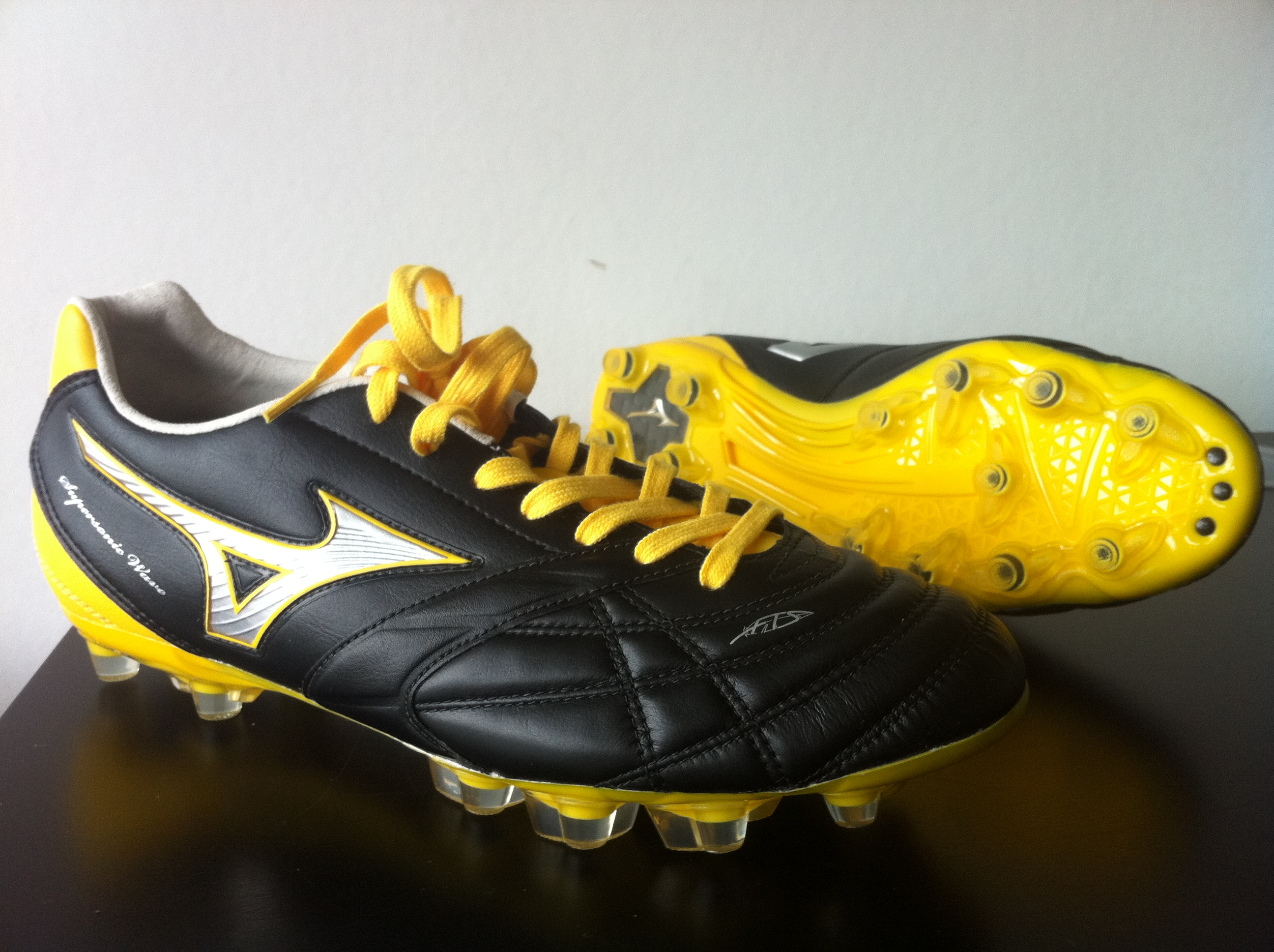 Mizuno SuperSonic Wave 3 MD football boots arrive at Sport