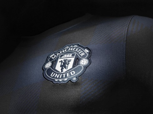 Fa13_FB_ClubKits_ManU_Authentic_Away_CREST_0224